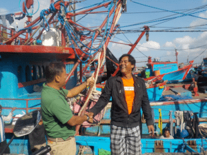 Indonesian train-the-trainer scientist Anung Widodo (left) with skipper (right) during port visit at Benoa (Indonesia), 2016